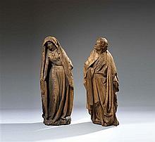 Vierge et saint Jean de calvaire en noyer sculpté en ronde-bosse. Légèrement déhanchée, la main gauche posée sur sa taille, la Vierg...