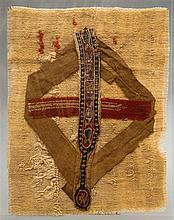 Clavius tissé en lin, laine et coton à décor de poissons stylisés dans une bordure de petites croix ; le médaillon terminal porte un...