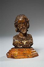 Petit buste de Christ en noyer sculpté en ronde-bosse avec restes de polychromie. Tête légèrement inclinée sur la gauche, chevelure ...