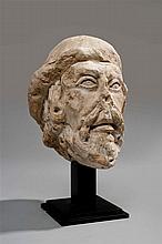 Tête d'homme barbu en pierre calcaire de type tuffeau. Visage allongé aux traits émaciés, yeux aux paupières fortement ourlées, pupi...