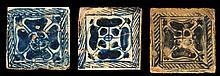 Suite de trois carreaux en faïence à décor bleu sur fond blanc représentant des quatre-feuilles dans un encadrement hachuré