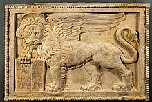 Important bas-relief en pierre marbrière Nembro représentant le Lion de Saint-Marc, symbole de la ville de Venise. Le lion ailé est ...