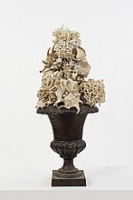 Vase Médicis en fonte surmonté d'une composition foisonnante de coquillages évoquant un décor floral et végétal H.60 cm Ø.30 cm