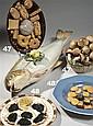 Trois plats trompe-l'œil en céramique européenne, l'un en forme de trois lézards sur l'herbe (Portugal, Caldas), un autre plat en fo