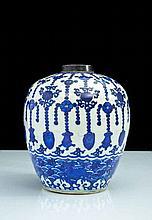 Chine Vase de forme ovoïde, le bas du vase décoré de chevaux dans des flots tumultueux, la partie supérieure d'emblèmes et pendeloqu..