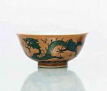 Chine Bol à décor polychrome des émaux de la famille verte à l'extérieur de deux dragons poursuivant la perle sacrée sur fond brun, l