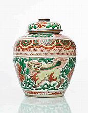 Chine Pot à gingembre et un couvercle à décor polychrome de lions parmi des rinceaux fleuris.