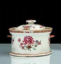 Pot à oille cylindrique couvert muni de deux anses en forme de coquille, à décor polychrome des émaux de la famille rose de bouquets de