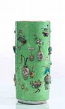 Chine Vase cylindrique à décor en relief de vases et d'objets précieux traités en émaux de la famille rose sur fond vert