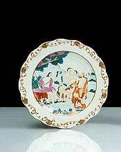 Chine Assiette à bord contourné à décor polychrome des émaux de la famille rose au centre du Jugement de Pâris, l'aie décorée de rince