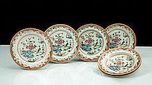 Chine Suite de trois assiettes et trois assiettes à potage à décor polychrome des émaux de la famille rose d'un couple de paons près d