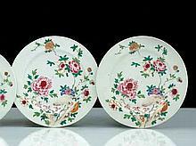 Chine Deux plats ronds à décor polychrome des émaux de la famille rose de rochers percés et pivoines.