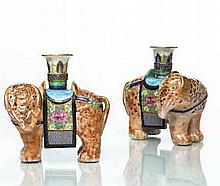 Chine (Canton) Paire d'éléphants formant porte-baguette, l'épiderme à fond corail, la selle décorée de fleurs sur fond or et turquois