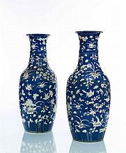 Chine Paire de grands vases de forme balustre à paroi côtelée, décor en relief en blanc de fleurs et volatiles sur fond bleu.