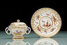 Meissen Tasse couverte à deux anses et sa soucoupe à décor polychrome de Chinois sur terrasse dans le style de Hörold dans des réserves