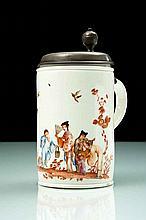 Meissen Rare chope cylindrique à décor polychrome de cinq Chinois dont un enfant debout sur une terrasse, l'un d'entre eux jetant de.