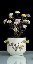 Meissen Seau à bouteille à décor polychrome de bouquets de fleurs, les anses en forme de branches fleuries et feuillagées enlacées, il