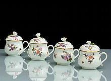 Meissen Suite de quatre pots à jus couverts à décor polychrome de bouquets de fleurs, les prises des couvercles en forme de fleur et...