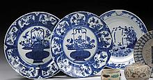 CHINE Époque KANGXI (1662-1722) Ensemble comprenant : - Paire d'assiettes en porcelaine décorée en bleu sous couverte d'un panier fl.