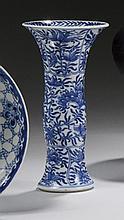 CHINE Époque KANGXI (1662-1722) Vase de forme cornet en porcelaine décorée en bleu sous couverte de médaillons de pivoines dans leur...
