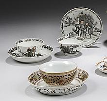 CHINE - Époque XVIIIe siècle Ensemble comprenant : - Paire de sorbets et leurs présentoirs en porcelaine décorée en grisaille et or ...