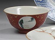 CHINE - Époque XIXe siècle Bol en porcelaine émaillée rouge corail à décor dans des réserves de paysages et poèmes. Au revers de la ...