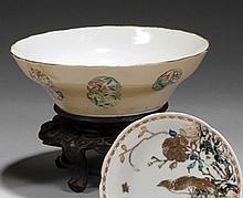 CHINE - Époque XVIIIe siècle Coupe légèrement évasée en porcelaine décorée en émaux polychromes de la famille rose de médaillons de ...