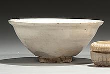 CHINE Époque SONG (960-1279) Ensemble comprenant : - Petite boîte côtelée en grès porcelaineux émaillé blanc. Hauteur : 4,5 cm Prove...