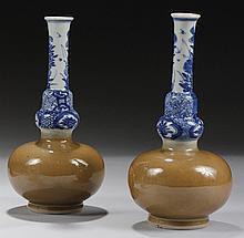 CHINE Époque KANGXI (1662-1722) Paire de vases bouteilles en porcelaine émaillée capucin, le col décoré en bleu sous couverte de bra...