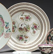 CHINE Époque YONGZHENG (1723-1735) Assiette creuse en porcelaine décorée en émaux polychromes de la famille rose de quatre réserves ...