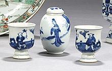 CHINE Époque QIANLONG (1736-1795) et Transition, XVIIe siècle Ensemble comprenant : - Paire de gobelets en porcelaine décorée en ble...