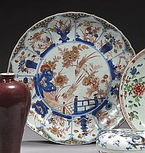 CHINE Époque KANGXI (1662-1722) Grande coupe en porcelaine décorée en bleu sous couverte, rouge de fer et émail or dit