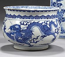 CHINE Époque KANGXI (1662-1722) Cache-pot de forme balustre en porcelaine décorée en bleu sous couverte de deux dragons pourchassant...