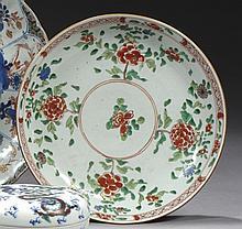 CHINE Époque KANGXI (1662-1722) Coupe en porcelaine décorée en émaux polychromes de la famille verte de quatre bouquets de pivoines ...