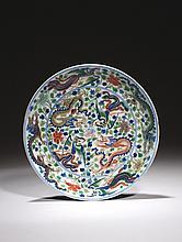 CHINE Époque KANGXI (1662-1722) Coupe en porcelaine décorée en bleu sous couverte et émaux polychromes dit