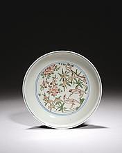 CHINE Époque WANLI (1573-1620) Coupe en porcelaine décorée en émaux polychromes verts, rouges et jaunes dans un double cercle en ble...