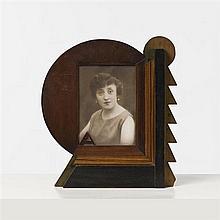 Karel Maes (1900-1974)Cadre futuristeBois peintDate de création : vers 1930H 39,5 × L 31,5 × P 6,5 cm