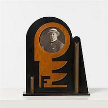 Karel Maes (1900-1974)Cadre futuristeBois peintDate de création : vers 1930H 42 × L 35 × P 9,5 cm