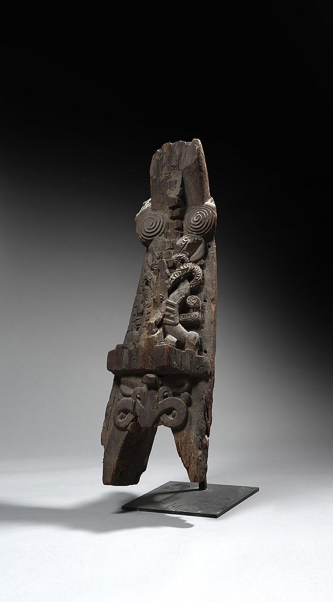 Proue de pirogue Sculptée dans un bois dur oxydé, patine noire