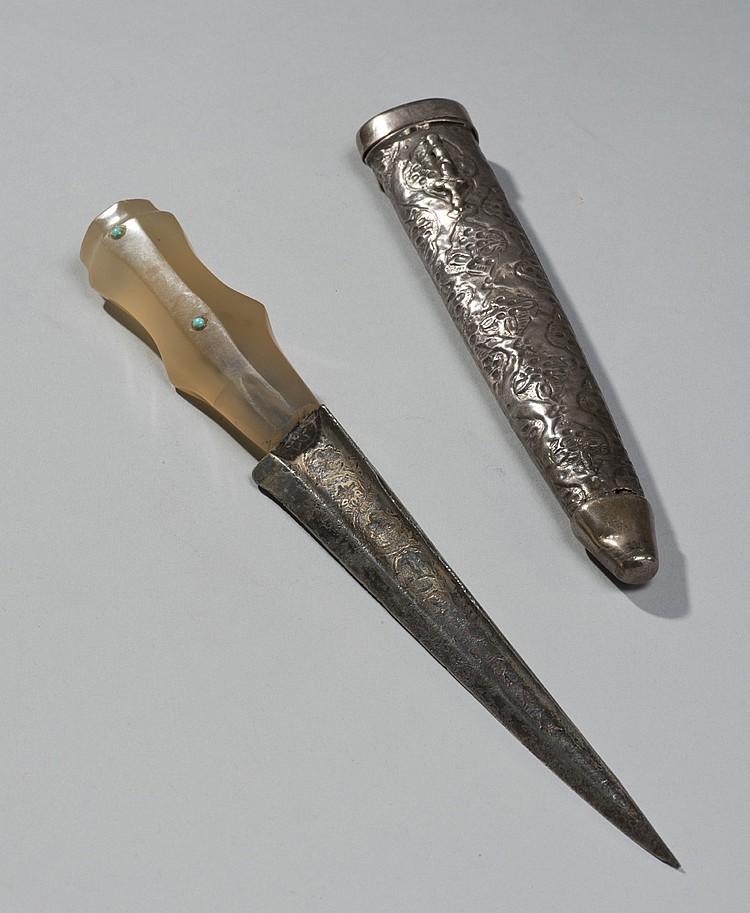 Poignard à lame droite inscrite à poignée en calcédoine ornée de deux perles turquoises