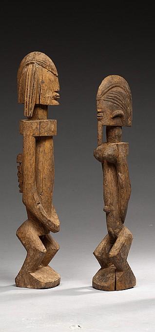 Dogon, Mali Couple de statuettes de style du maître d'Ogol, constitué d'une statuette féminine et d'une autre avec un enfant sculpté