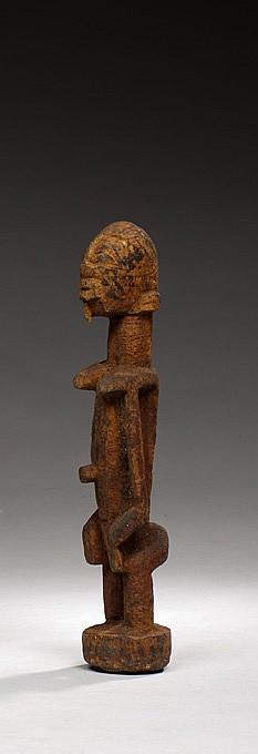 Dogon, Mali Ancienne statuette scarifiée Reste de patine sacrificielle noire