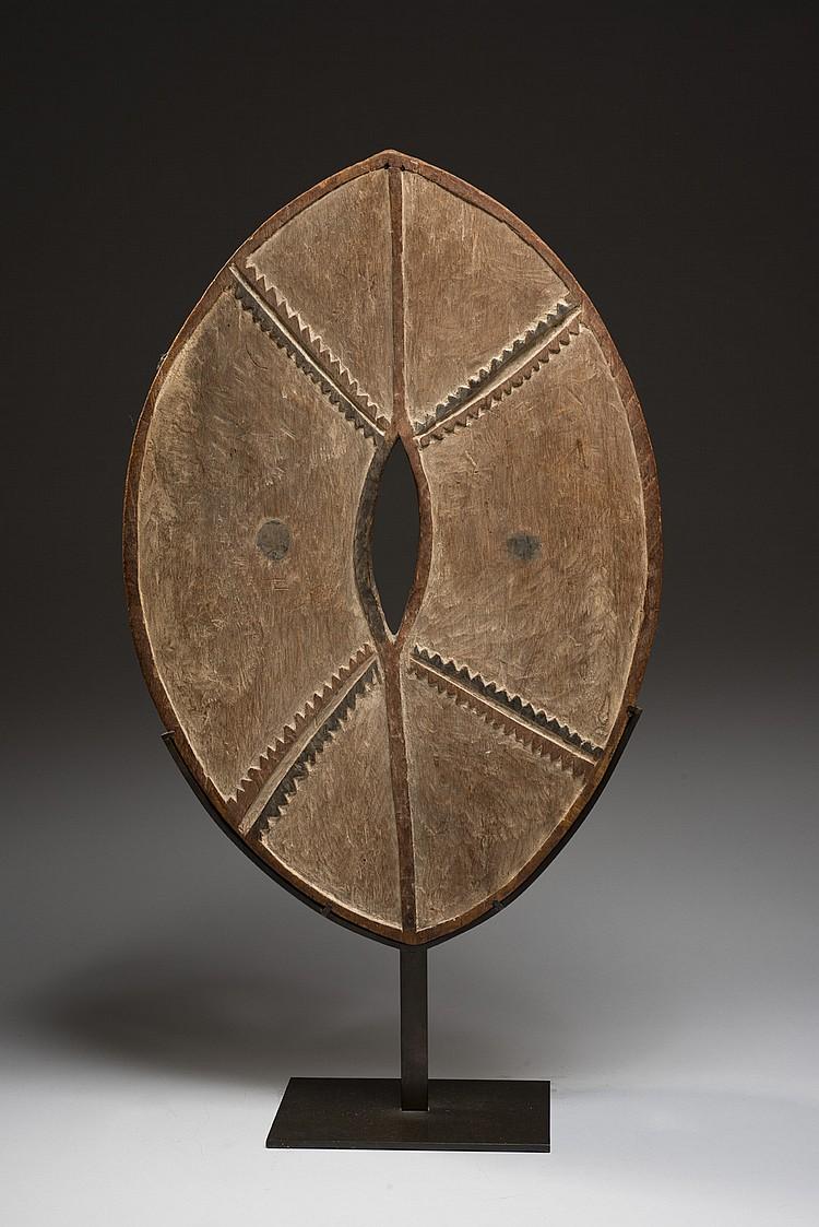 Kikuyu, Kenya Beau et ancien bouclier  Bois, polychromie ancienne d'origine Hauteur : 59,5 cm - Largeur : 40,5 cm Provenance...