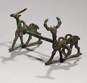 Mors dont les extrémités sont ornées deux cervidés stylisés Bronze Louristan, IXe-VIIe siècle avant J-C Hauteur : 12 cm