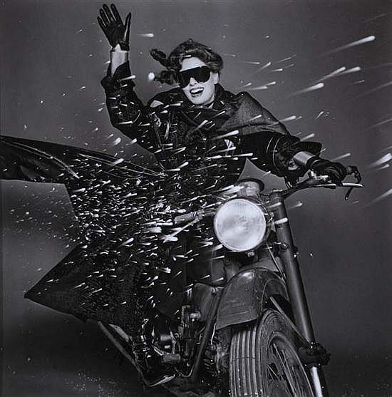 Gian Paolo BARBIERI (né en 1938) Christiana Steidten Moto Guzzi, Vogue Italie, 1974 Épreuve gélatino-argentique des années 1980. Enc...