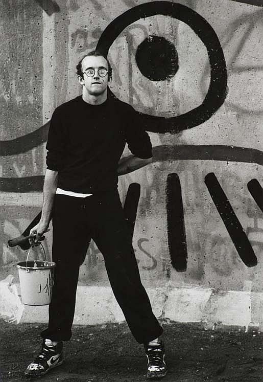 Vladimir SICHOV (né en 1943) Keith Haring, 1986 Tirage argentique des années 2000 sur papier baryté. Encadré. Signé et titré à l'enc...