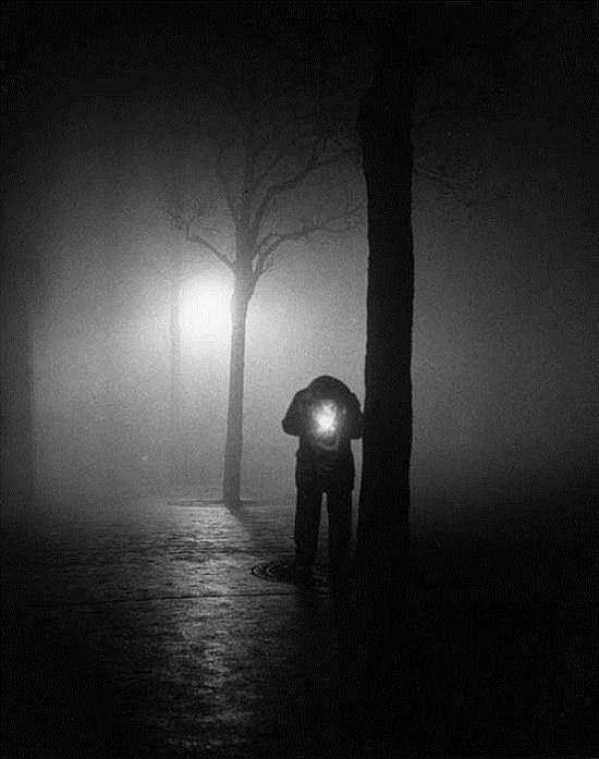 Sabine WEISS (née en 1924) Homme allumant une cigarette, Paris, 1951-1952 Épreuve gélatino-argentique d'époque tirée par la photogra...