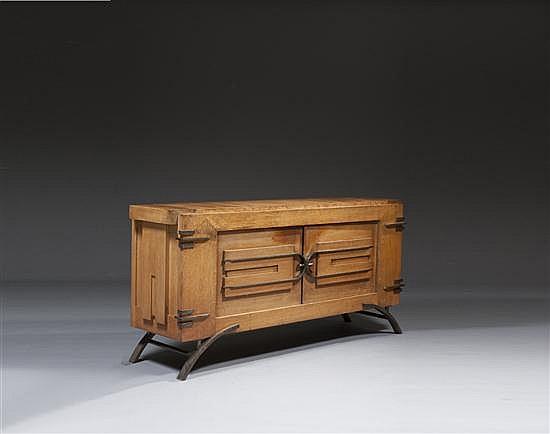 Charles DUDOUYT (1885-1946) Édité par La Gentilhommière Enfilade en chêne sculpté dans le style cubiste, ouvrant par deux portes, pi...