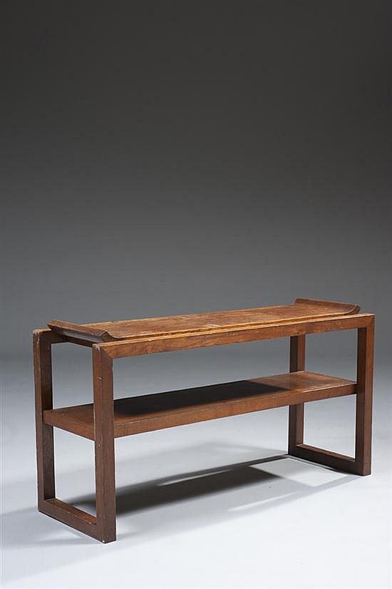 Charles DUDOUYT (1985-1946) Petite console de milieu à deux plateaux dont le supérieur relevé sur les côtés Estampillée Hauteur : 65...