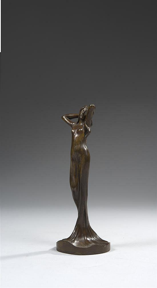 Julien CAUSSE (1869-?) Femme au drapé de nymphéa Épreuve en bronze à patine brune Signée J